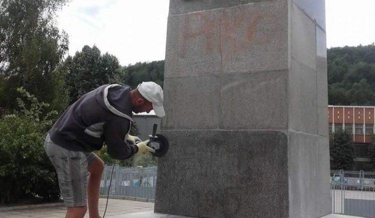 Доброволци изчистиха паметника на Митко Палаузов в Габрово