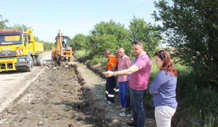 Кирил Добрев провери на място ремонта на пътя Агатово-Крамолин